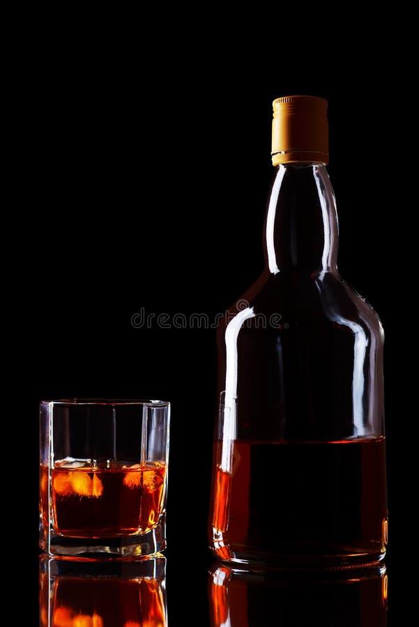 Bottiglia e vetro di whisky immagini stock