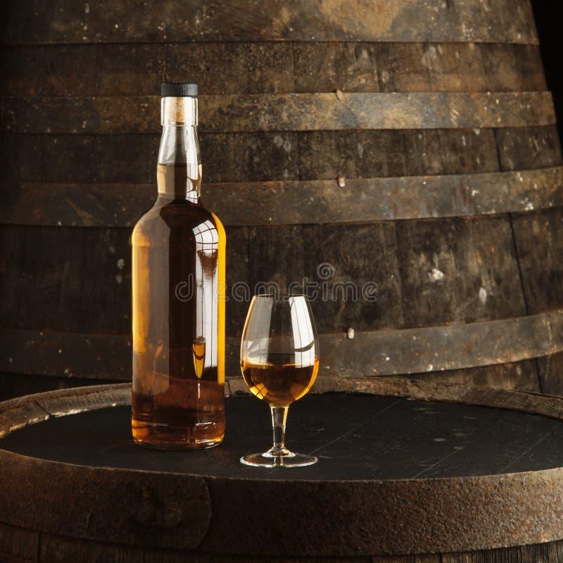 Bottiglia e vetro di whisky immagine stock