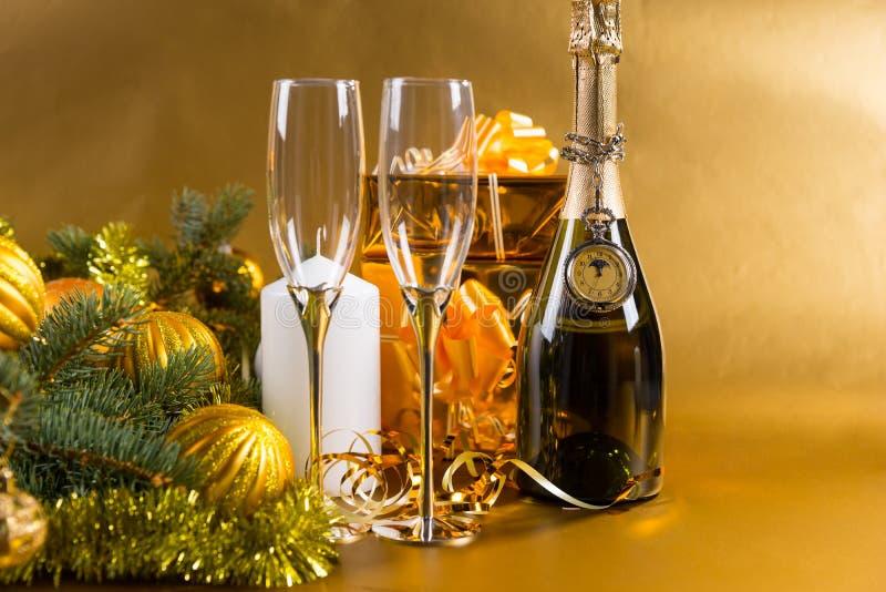 Bottiglia festiva di Champagne con i vetri ed i regali fotografie stock libere da diritti