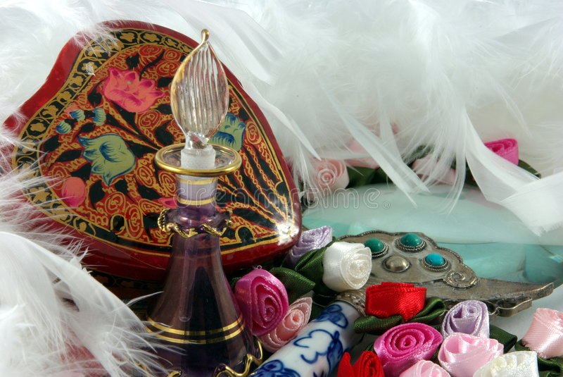 Bottiglia, fiori e piume di profumo fotografia stock