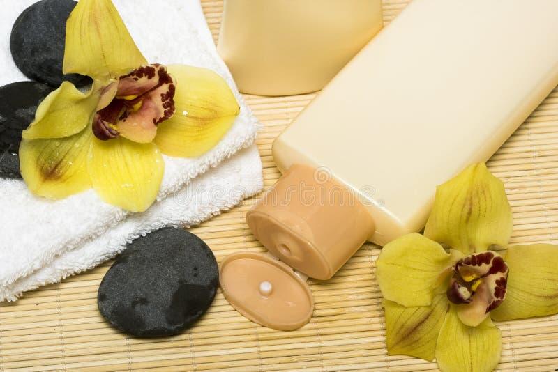 Bottiglia gialla di sciampo immagini stock