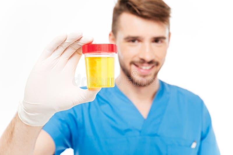 Bottiglia maschio della tenuta di medico del campione di urina fotografia stock