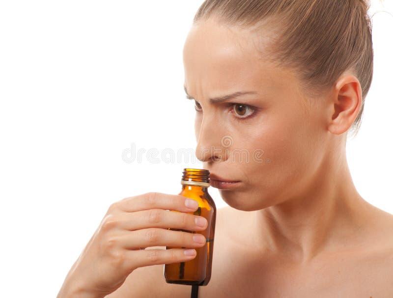 Bottiglia odorante della donna fotografia stock
