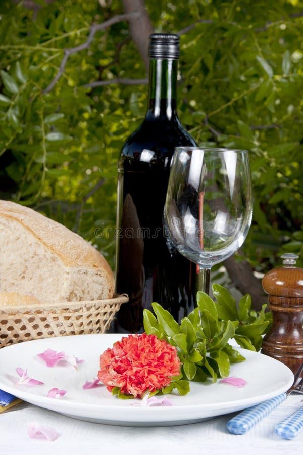 Bottiglia, pane e fiore di vino immagine stock libera da diritti