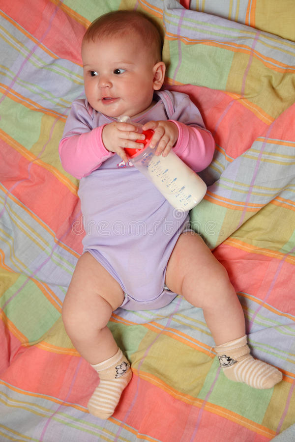 Bottiglia per il latte della holding del bambino immagine stock libera da diritti