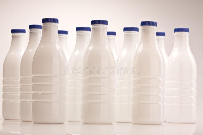 Bottiglia per il latte di plastica immagini stock
