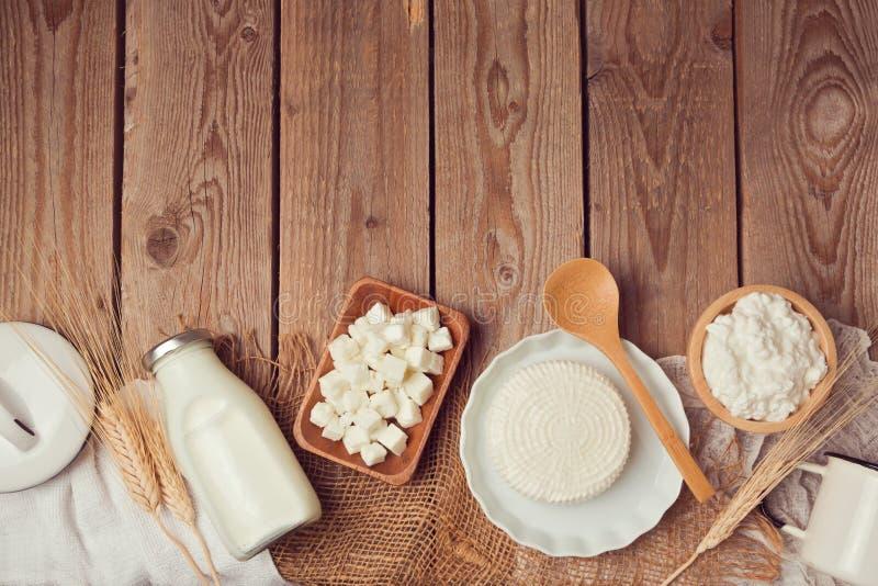 Bottiglia per il latte e formaggio sulla tavola di legno Concetto sano di cibo Vista da sopra fotografie stock