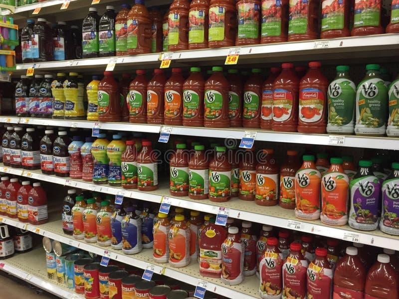 Bottiglia piacevole di vendita dei succhi di frutta immagine stock libera da diritti