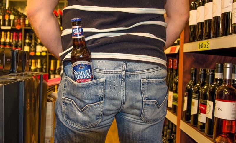Bottiglia Samuel Adams Boston Lager in tasca posteriore immagine stock