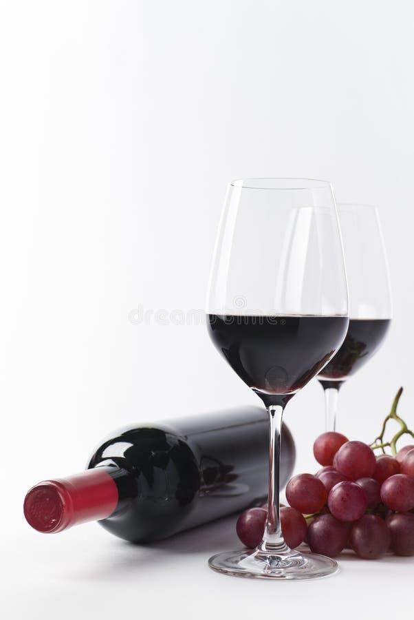 Bottiglia semplice, vetri ed uva del vino rosso immagini stock libere da diritti