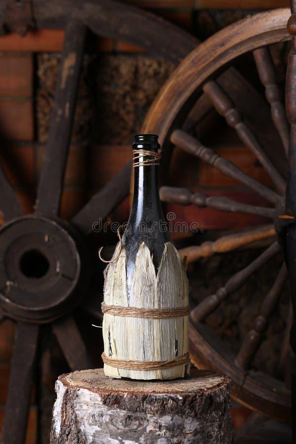 Bottiglia tradizionale di vino immagini stock