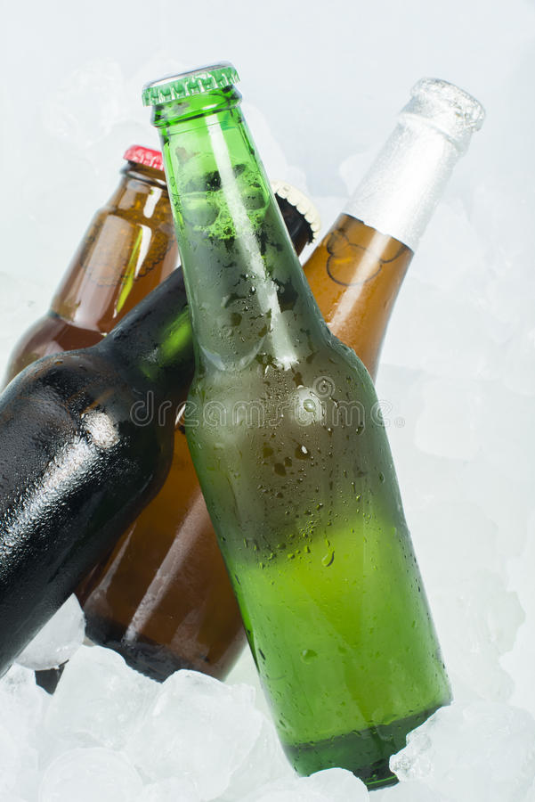 Bottiglia verde di birra fotografie stock libere da diritti