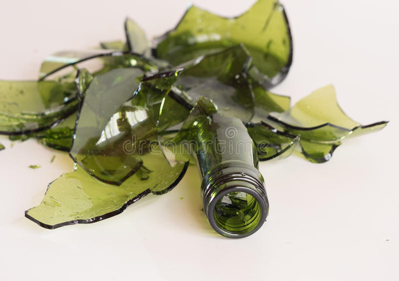 Bottiglia verde rotta immagini stock