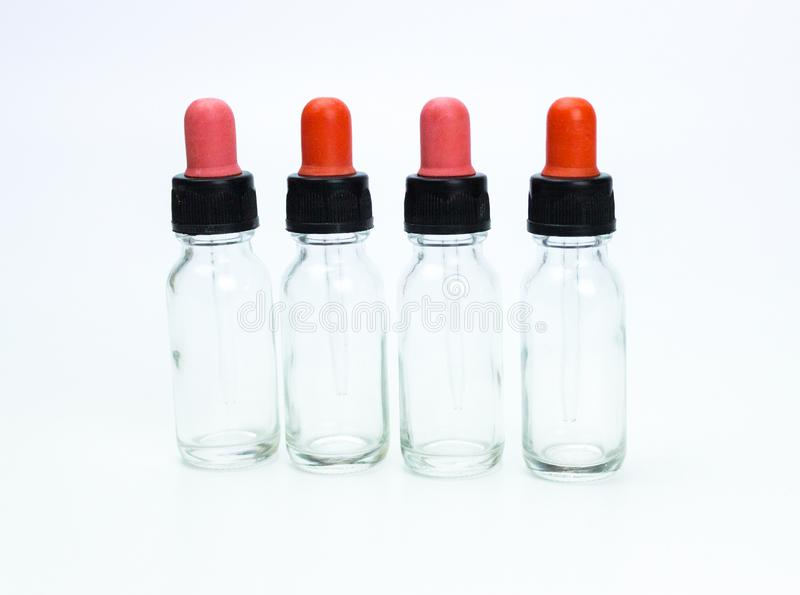 Bottiglia vuota del contagoccia su fondo bianco fotografia stock