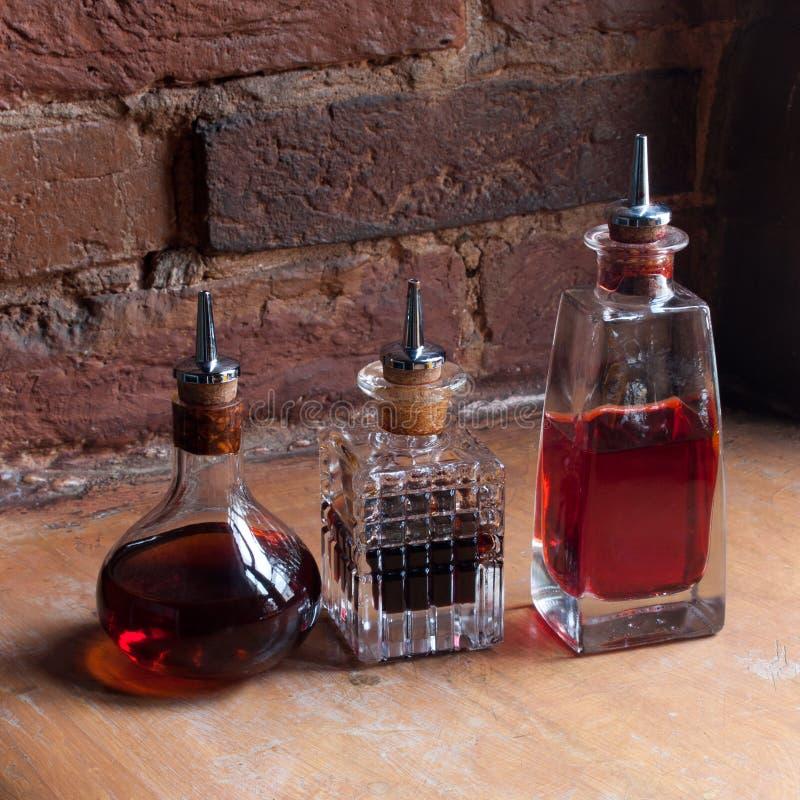 Bottiglie antiquate della medicina Vecchia bottiglia della farmacia immagine stock libera da diritti