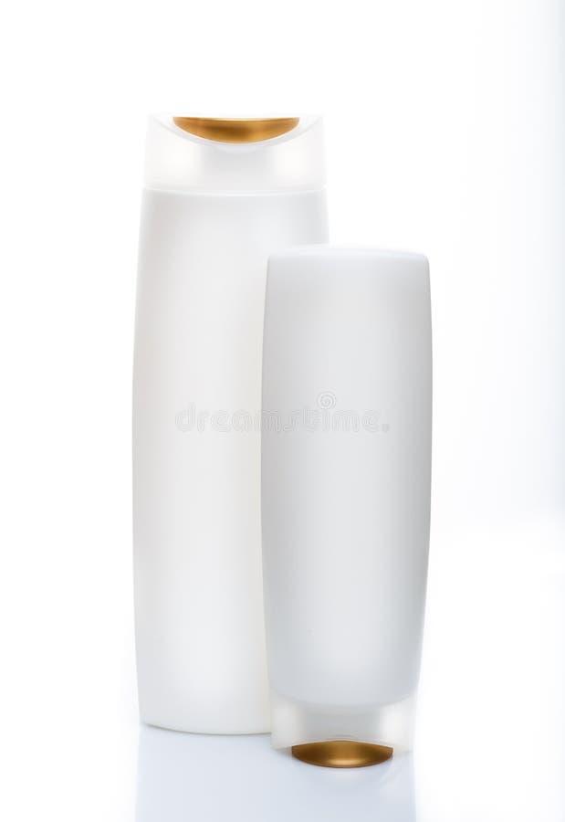 Bottiglie bianche dello sciampo isolate su bianco Percorso incluso fotografia stock libera da diritti