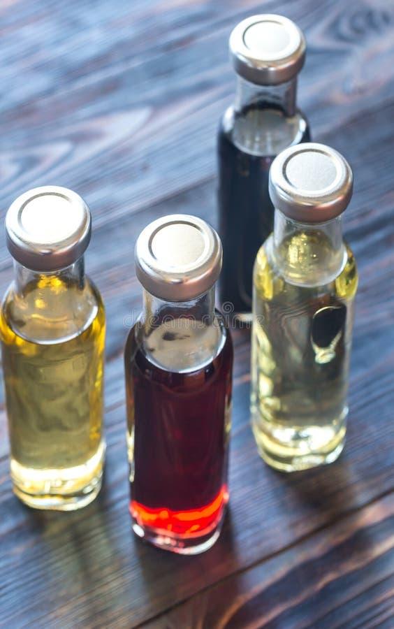 Bottiglie con differenti generi di aceto immagini stock