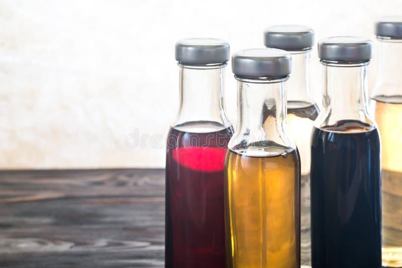 Bottiglie con differenti generi di aceto fotografie stock