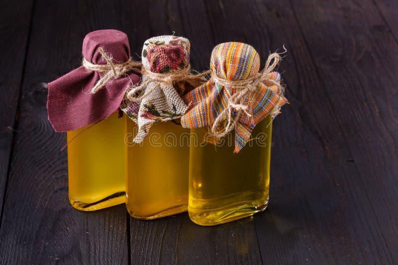 Bottiglie con differenti generi di olio vegetale fotografie stock libere da diritti