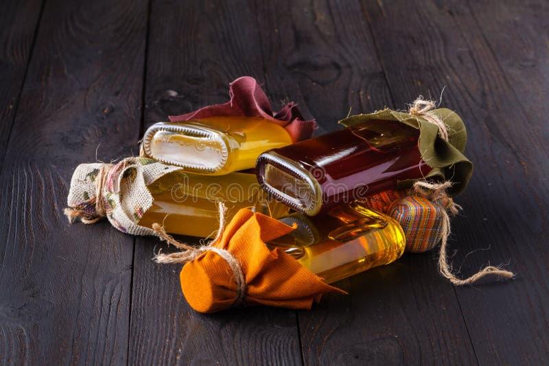 Bottiglie con differenti generi di olio vegetale immagini stock
