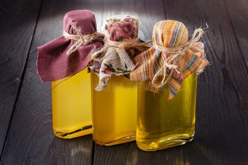 Bottiglie con differenti generi di olio vegetale vergine fotografie stock libere da diritti