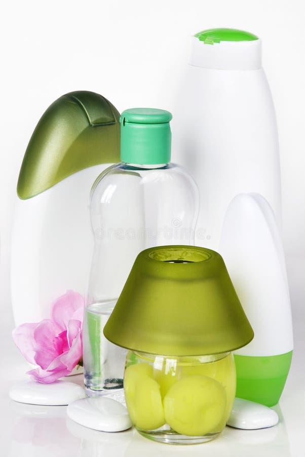 Download Bottiglie con i cosmetici immagine stock. Immagine di liquido - 30831021
