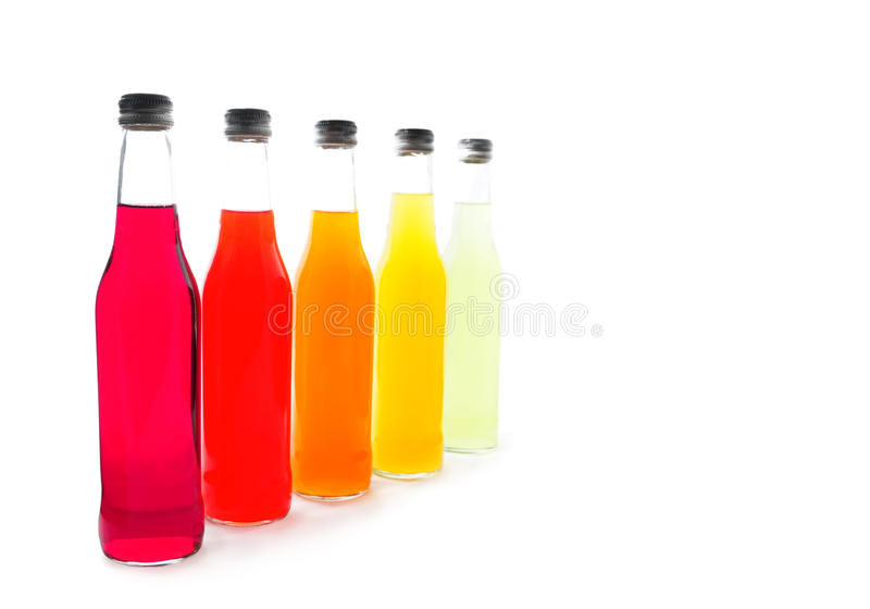 Bottiglie con le bevande variopinte dell'alcool fotografia stock