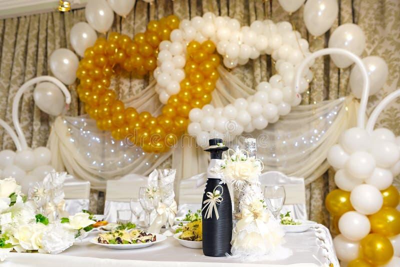Bottiglie con vino sulla tavola di nozze immagini stock libere da diritti