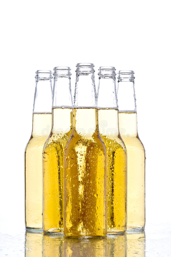 Bottiglie da birra su bianco immagine stock libera da diritti