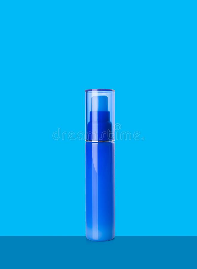Bottiglie dei cosmetici su un fondo royalty illustrazione gratis