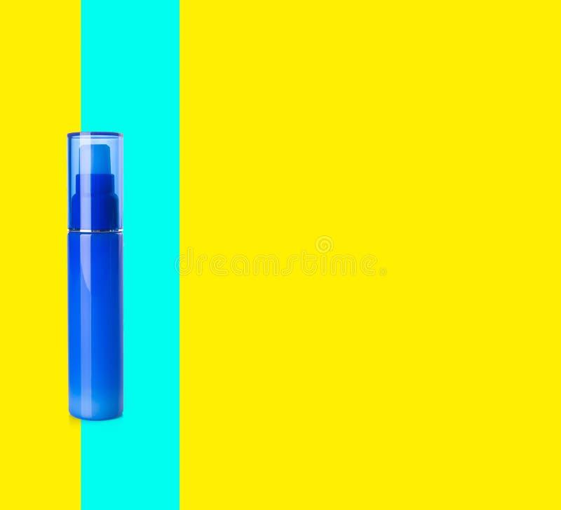Bottiglie dei cosmetici su un fondo illustrazione vettoriale