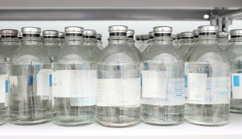 Bottiglie dei prodotti chimici in magazzino fotografie stock libere da diritti
