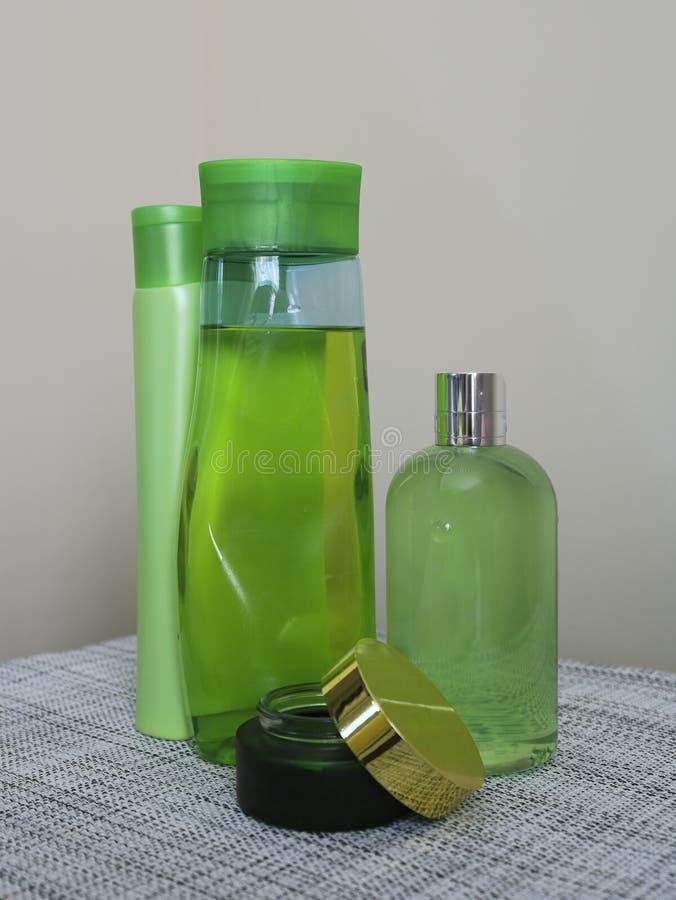 Bottiglie del gel della doccia e dello sciampo fotografie stock libere da diritti
