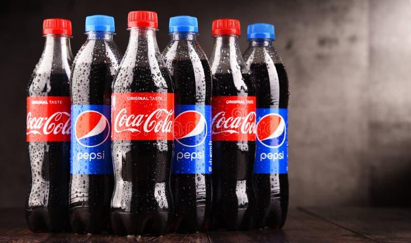 Bottiglie della coca-cola e di Pepsi gassosi della bibita immagine stock