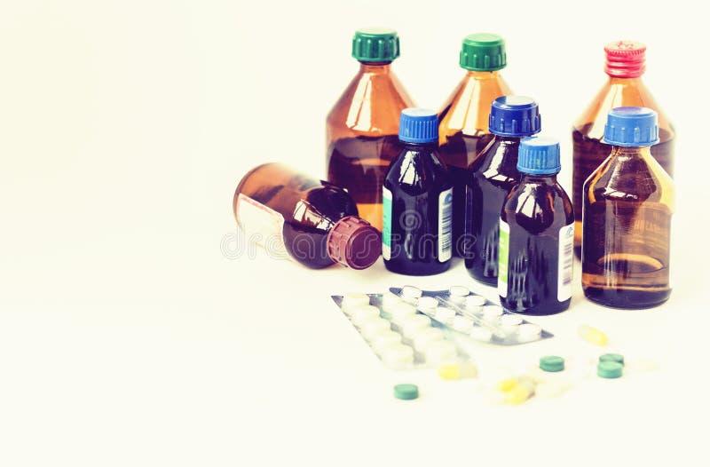 Bottiglie della medicina, pillole o blister delle capsule su fondo bianco con lo spazio della copia per testo, retro primo piano  fotografie stock libere da diritti