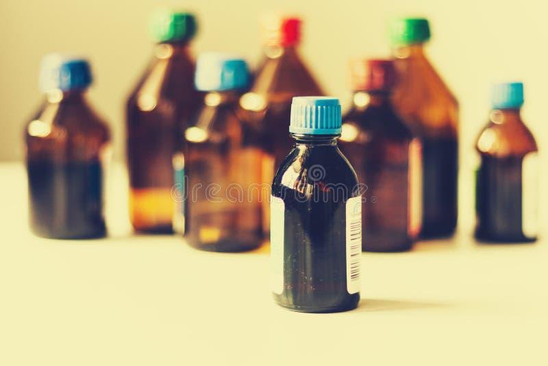 Bottiglie della medicina su fondo bianco con lo scape della copia per testo, retro primo piano di concetto immagini stock libere da diritti