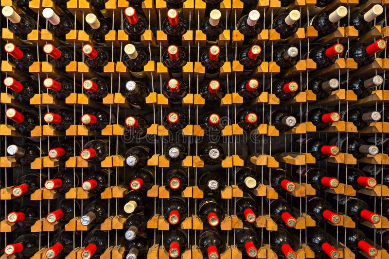 Bottiglie della vite sullo scaffale, in Georgia, Caucaso fotografia stock libera da diritti