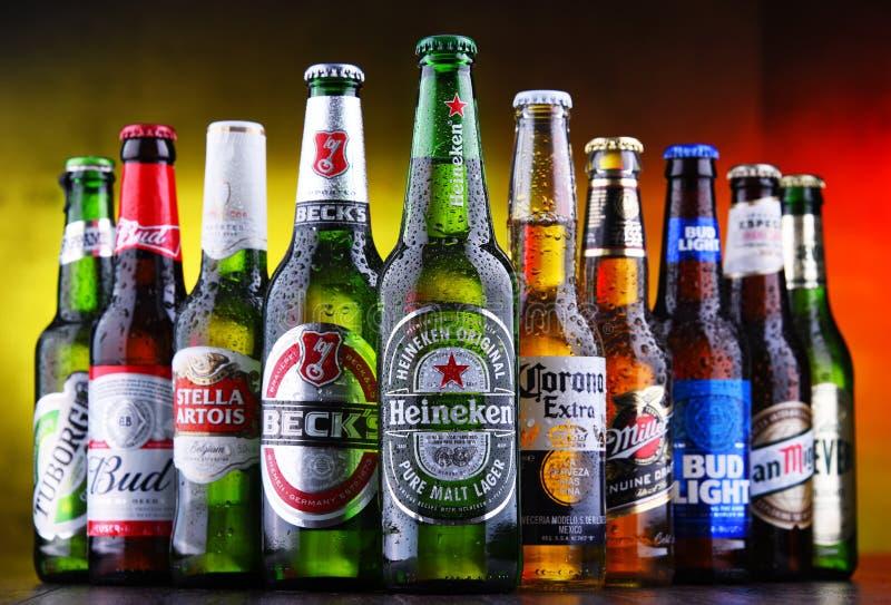 Bottiglie delle marche globali famose della birra fotografie stock libere da diritti