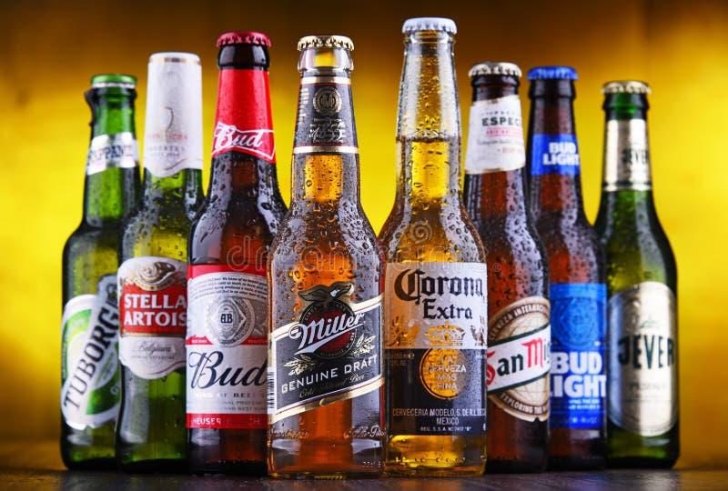 Bottiglie delle marche globali famose della birra fotografie stock