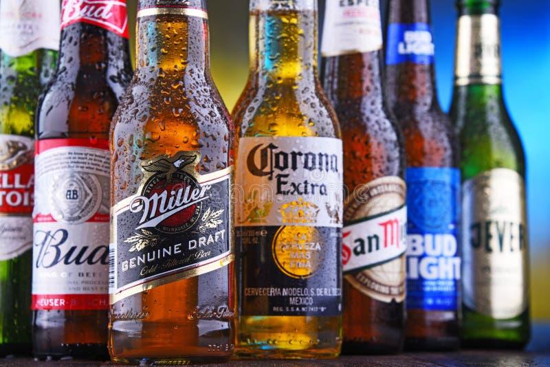 Bottiglie delle marche globali famose della birra immagini stock