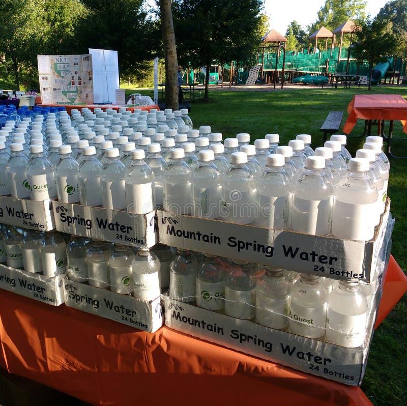 Bottiglie di acqua ad un evento di raccolta di fondi, passeggiata per carità immagini stock