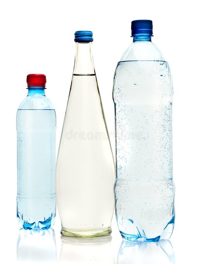 Bottiglie di acqua isolate sul bianco immagini stock libere da diritti
