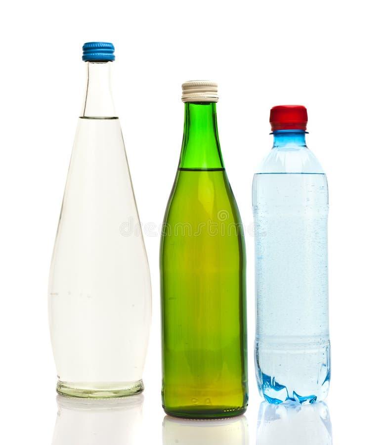 Bottiglie di acqua isolate sul bianco immagine stock libera da diritti