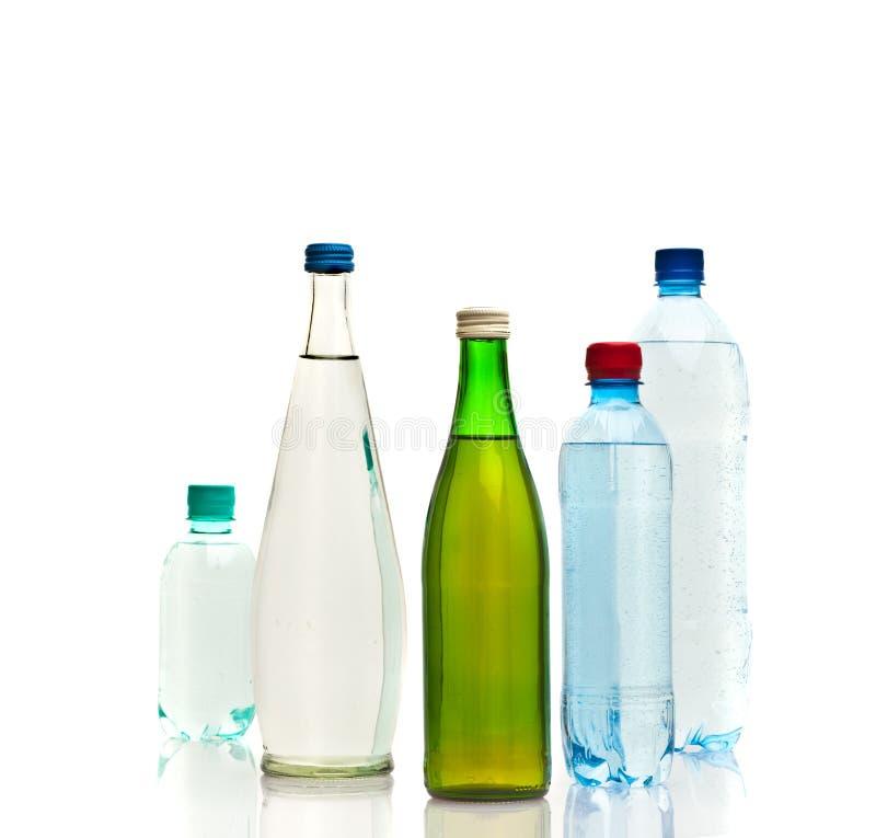 Bottiglie di acqua isolate sul bianco fotografia stock libera da diritti