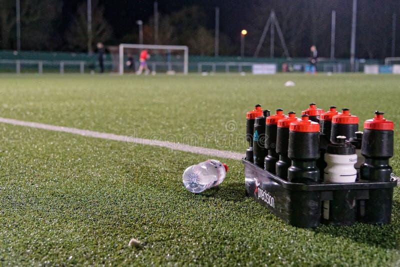 Bottiglie di acqua sul passo fotografie stock libere da diritti