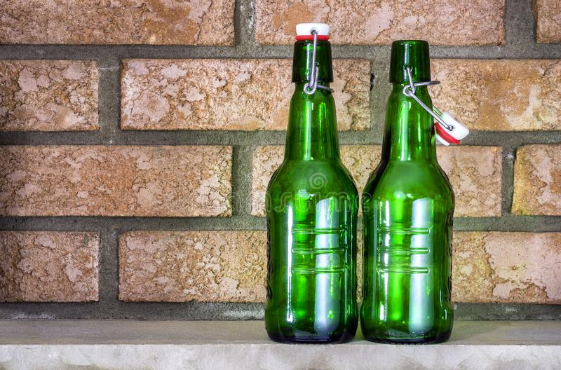 Bottiglie di birra attillata vuota immagini stock libere da diritti