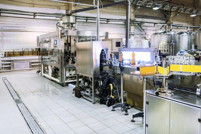 Bottiglie di birra di riempimento e d'etichettatura Negozio della fabbrica di birra fotografie stock libere da diritti
