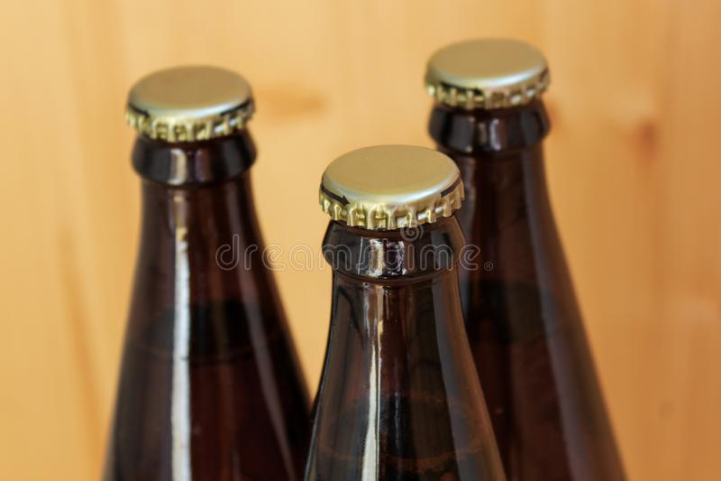 Bottiglie di birra, primo piano raffreddato delle bevande, su fondo di legno fotografie stock