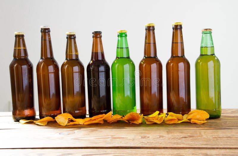 Bottiglie di birra su una tavola di legno Patatine fritte Vista superiore Fuoco selettivo Derisione su Copi lo spazio mascherina  immagine stock libera da diritti