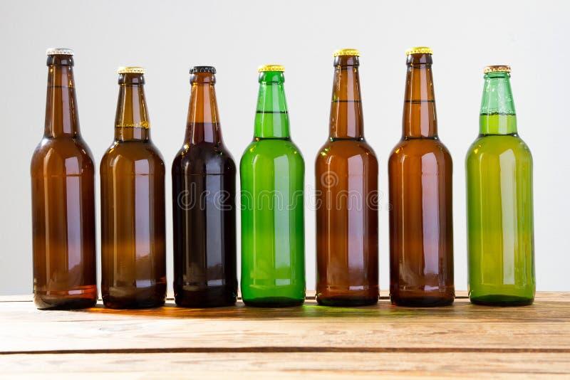 Bottiglie di birra su una tavola di legno Vista superiore Fuoco selettivo Derisione su Copi lo spazio mascherina blank fotografie stock libere da diritti